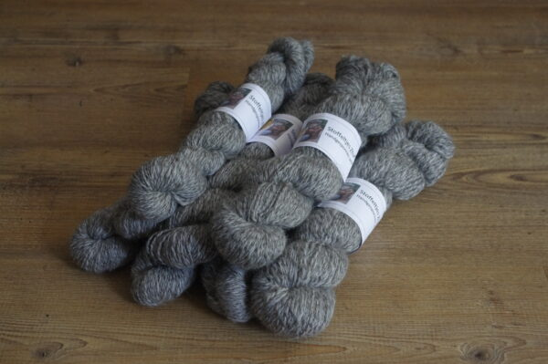 grijze garen van gotland wol en merinowol